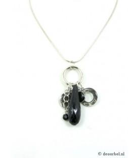 Zilverkleurige halsketting met bedels en zwarte kraal