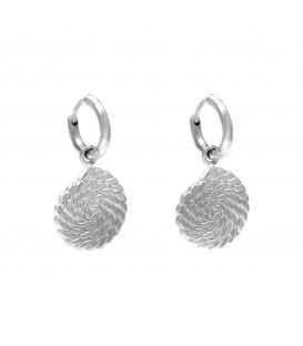 Zilverkelurige oorbellen met een bewerkte hanger