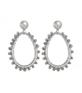 Stylish zilverkleurige oorbellen met kleine kraaltjes van glas