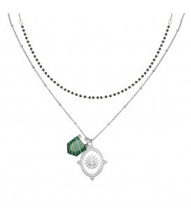 Zilverkleurige halsketting met een bedel en een groen gekleurde steen