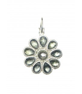Zilverkleurige oorbellen in de vorm van een bloem met grijze steentjes