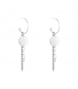 Zilverkleurige oorbellen met kettingen en een ronde bedel met afdruk