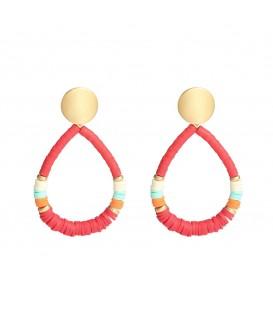 Rode oorbellen gemaakt van rubberen ringetjes in verschillende mooie kleuren