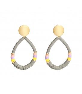 Grijze oorbellen gemaakt van rubberen ringetjes in verschillende mooie kleuren