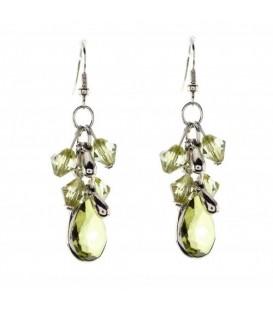 Groene oorbellen met kraaltjes en een druppelvormige hanger