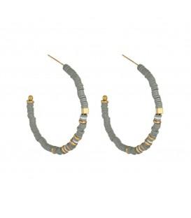 Grijze oorbellen gemaakt van kleine rubber ringetjes
