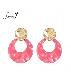 Roze oorbellen met goudkleurige accenten en ronde hanger