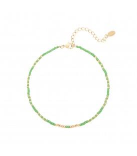 Groene enkelband gemaakt van kleine kraaltjes