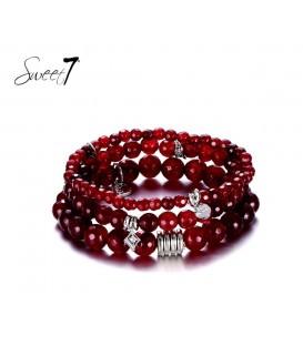Rode natuurstenen armband van 3 rijen en bedels