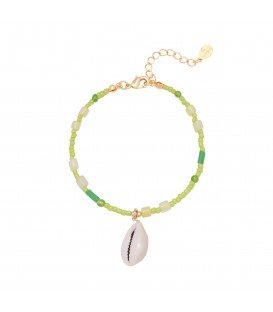 Groene armband met kleurrijke kralen en schelp