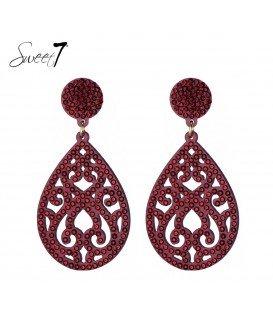rode oorbellen met een ovale hanger met strass steentjes