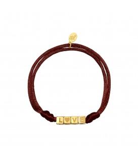 Armband van bruine satijnen koord en goudkleurige vierkante kralen met 'LOVE'