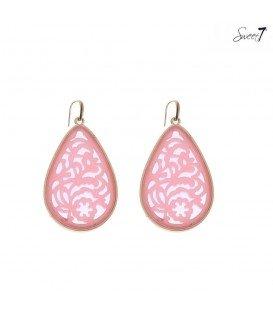 roze oorbellen met een open hanger en een goudkleurige rand