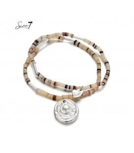 elastische armband met zilverkleurige schelp bedel