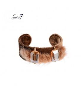 bruine spang armband met zacht vachtje en twee stenen