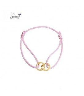 armband van roze koord met twee goudkleurige bedels