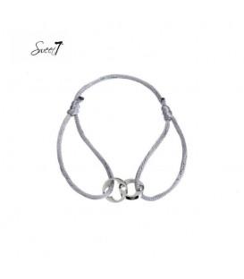 armband van grijs koord met twee zilverkleurige bedels