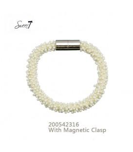 armband met kleine gele glaskralen en magneetsluiting