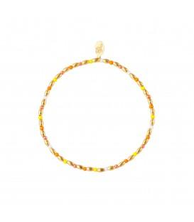 armband met lange goudgekleurde kralen en kleine veel gekleurde kralen